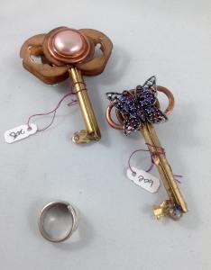 one side keys 208, 209