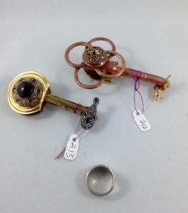 one side keys 212, 213