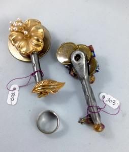 other side keys 202, 203