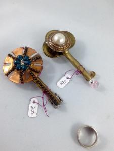 other side keys 204, 205